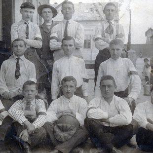 A fiatal Gáncs Aladár a kép jobb szélén ülve látható