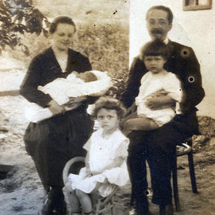 Családi kép Piliscsabán – Mária (3,5 éves), Aladár (2,5 éves), Kálmánka (3 hetes)