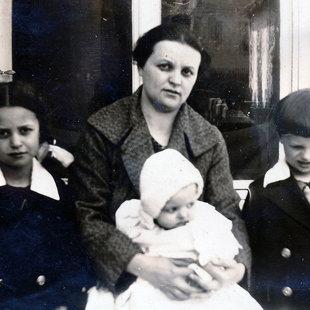 Családja Piliscsabán – Mária (6,5 éves), Aladár (5 éves), Magdolna (10 hónapos)