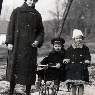 Felesége Piliscsabán gyermekeikkel Máriával és Aladárral